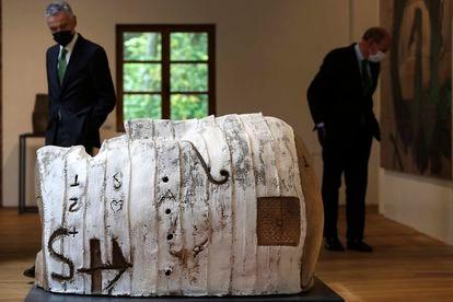 'Cabeza vendada' (1989), de Tàpies, se expone en el museo Chillida Leku.