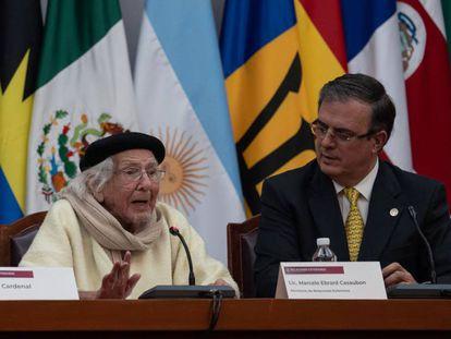 El poeta Ernesto Cardenal al recibir el reconocimiento de parte de Marcelo Ebrard, el canciller mexicano.