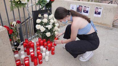 Una joven enciende una vela en recuerdo de Younes Bilal, asesinado este domingo, en Mazarrón (Murcia).