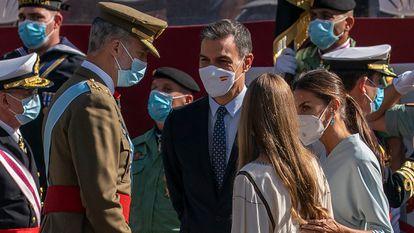 El rey Felipe VI, el presidente del Gobierno, Pedro Sánchez, la reina Letizia y la infanta Sofía, durante el desfile del 12 de octubre.