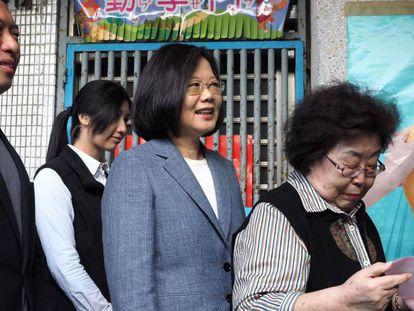 La presidenta de Taiwán, Tsai Ing-wen, vota este domingo en Taipéi en las elecciones locales.