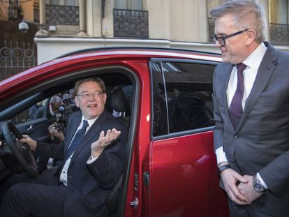 El presidente de la Generalitat valenciana, Ximo Puig, al frente del volante del nuevo Kuga híbrido enchufable, con el presidente de Ford Europa, Stuart Rowley, este jueves en Valencia.