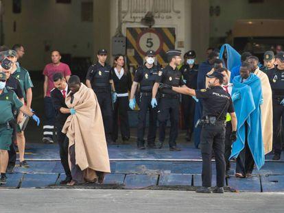 Unos 27 inmigrantes que viajaban en una pateria fueron rescatados por un ferri y desembarcados en Motril esta semana.