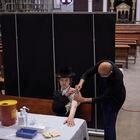Un ultraortodoxo se vacuna contra la covid, el domingo en una sinagoga de Bnei Brak (Israel).