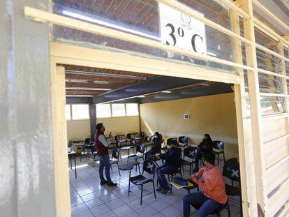 Un grupo de estudiantes recibe clases en Zapopan, Estado de Jalisco.
