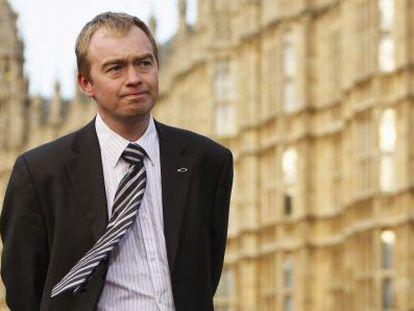 Tim Farron, ante la sede del Parlamento.