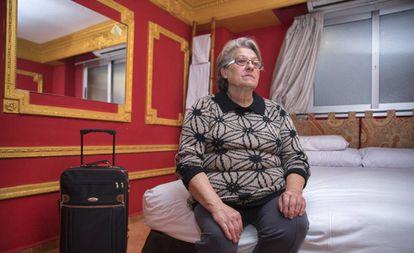 Rosario Planas, la mujer desahuciada con su hijo discapacitado de un trastero en Valencia, en el hostal que le paga el Ayuntamiento mientras la Generalitat le acondiciona un piso.