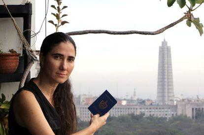 La bloguera cubana Yoani Sánchez posa con su pasaporte en La Habana.