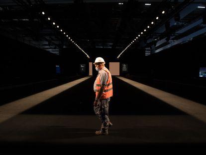 Un trabajador camina en la pasarela de la  Mercedes-Benz Fashion Week Madrid, en Ifema.