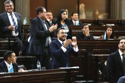 Diputados celebran que la mayoría decidiera no retirar la inmunidad del presidente de Guatemala, Jimmy Morales.