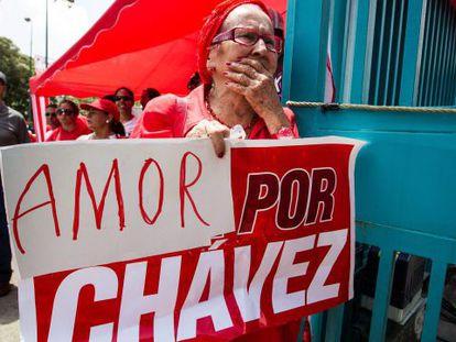 Una seguidora de Chávez expresa su apoyo al presidente hoy en Caracas.