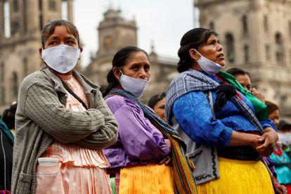 Artesanos indígenas protestan frente al Palacio Nacional el lunes 11 de mayo de 2020.