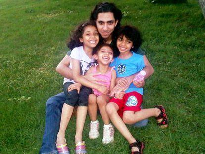 Raef Badawi, el bloguero saudí preso desde 2012 por insultar al islam, con sus tres hijos.