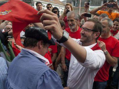 Javier Maroto coloca el pañuelo de fiestas a Celedón