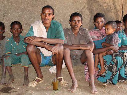 Una familia en el interior de su casa en Bahir Dar, en la orilla del lago Tana, en el noroeste de Etiopía.