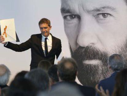 El malagueño recibe el Premio Nacional de Cinematografía en un acto marcado por los acontecimientos políticos