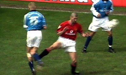 Captura de la entrada de la entrada de Roy Keane sobre Alf-Inge Haaland en el derbi de Manchester, disputado en la Premier en 2001, que obligó a retirarse al padre de Erling Haaland