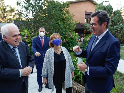 Antonio Garamendi, a la derecha, conversa con el rector de la Universidad de Deusto, José María Guibert, este viernes en San Sebastián.