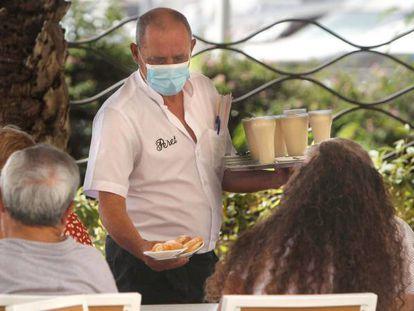 Un camarero en un establecimiento de Alicante, el 7 de julio.