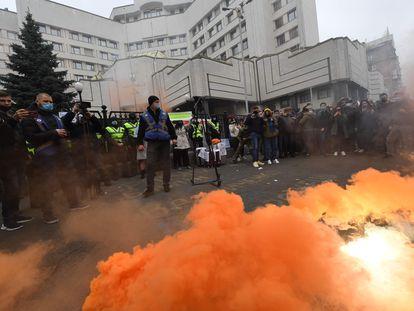 Protesta frente al Tribunal Constitucial este viernes en Kiev contra el fallo del órgano judicial que retira algunos poderes a organizaciones anticorrupción.