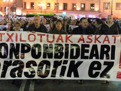 Cabecera de la manifestación convocada por Sortu en Bilbao, para exigir la puesta en libertad de los detenidos este lunes por la Guardia Civil.