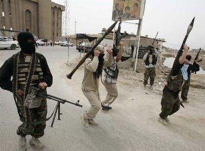 Milicianos del ejército del Mahdi celebran un logro durante un parón de los combates en Basora.