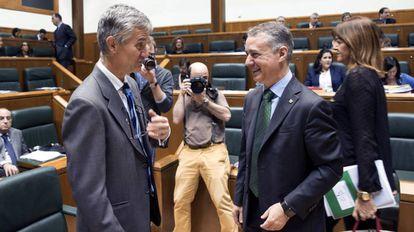 Iñigo Urkullu (d) conversa con el letrado mayor del Parlamento Vasco.