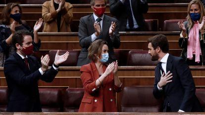 Pablo Casado agradece los aplausos de su grupo parlamentario tras su intervención en la segunda sesión del debate de moción de censura.