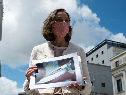 La ministra de Industria y Comercio, Reyes Maroto, muestra una fotografía de la navaja ensangrentada que recibió en un sobre como amenaza.