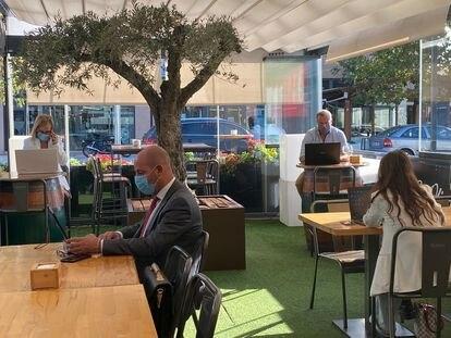 Varias personas teletrabajan en el restaurante El Olivo, de Las Rozas (Madrid).