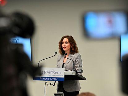 Isabel Díaz Ayuso en la visita en Torrejón de Ardoz a la sede de Servinform el 22 de octubre de 2021.