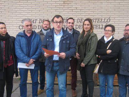 Jesús Merino, que ha caído como cabeza de la lista municipal, leyendo un comunicado en la puerta de la Ciudad de la Justicia de Castellón.