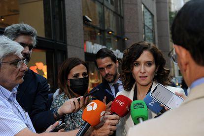 La presidenta de la Comunidad de Madrid, Isabel Díaz Ayuso, realizó declaraciones a los medios de comunicación en la zona de la Quinta Avenida el 27 de septiembre de 2021 en Nueva York.