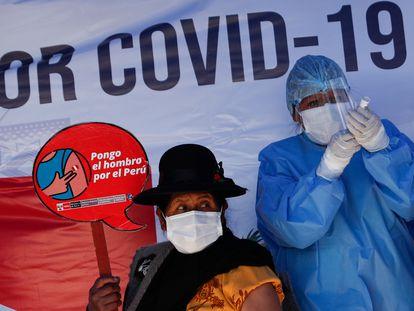 Una enfermera prepara una dosis de la vacuna de AstraZeneca para una mujer en la campaña para mayores de 50 años en Desaguadero (Perú), este viernes.
