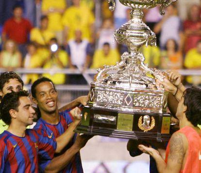 Ronaldinho y Xavi levantan el Carranza.