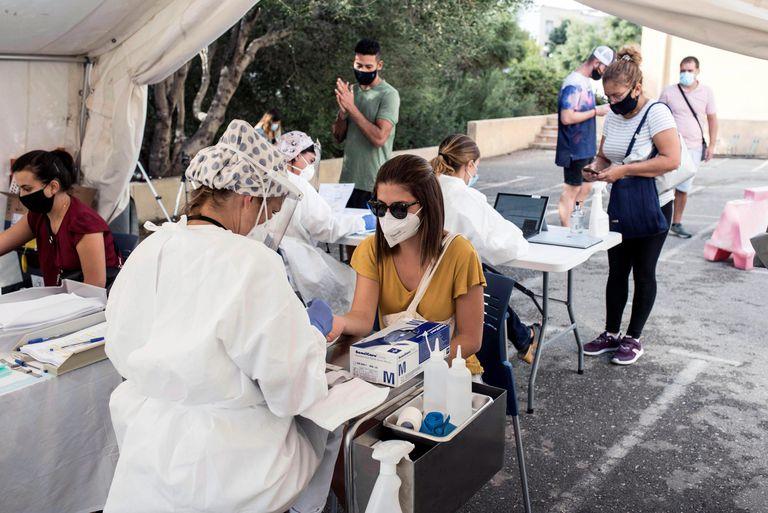 Empleados del área de Salud de Menorca realizan test este martes, día de inicio de las pruebas masivas de PCR en Ciutadella con el objetivo de reducir la propagación de la covid-19 en el municipio.