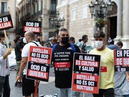Acampada del sector del ocio nocturno frente al Palau de la Generalitat en protesta por las restricciones que sufre su sector por el coronavirus.