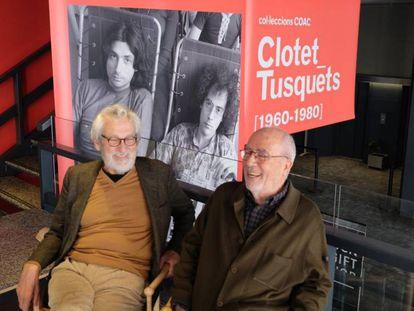 Òscar Tusquets (a la izquierda) y Lluís Clotet ante unas fotos suyas de hace unas décadas.