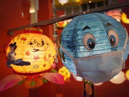 Una lámpara decorada con una mascarilla, durante el Festival del Medio Otoño en Kuala Lumpur.