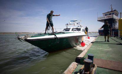 Una patrulla de la Guardia Civil en una intervención de narcotráfico en el Guadalquivir, en Sanlúcar de Barrameda (Cádiz).