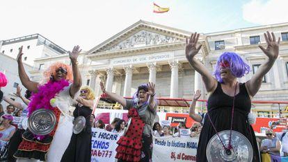 Protesta de empleadas del hogar frente al Congreso de los Diputados en Madrid