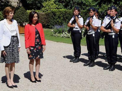 La ministra española de Defensa Margarita Robles y su homóloga francesa, Florence Parly pasan revista en París