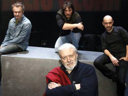 Los actores y director de la obra Julio Cesar de Shakespeare.