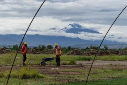 Dos trabajadores cavan en la tierra para construir unos viveros en el nuevo parque.