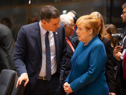 El presidente del Gobierno español, Pedro Sánchez, habla con la canciller alemana, Angela Merkel, en la cumbre de líderes de la UE del pasado octubre.