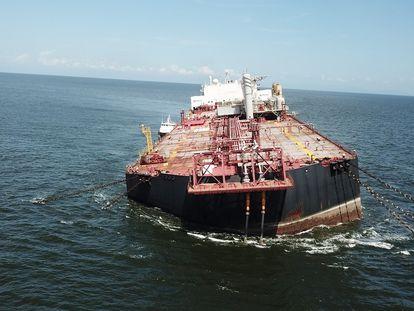 El buque 'Nabarima' , escorado frente a la península de Paria (Venezuela).