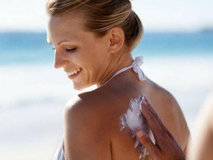 Dos miligramos por centímetro cuadrado de piel es la cantidad de producto recomendada por los expertos.