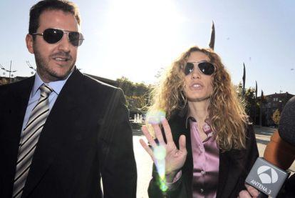 Borja Thyssen y Blanca Cuesta a la entrada de los juzgados de Alcobendas cuando acudieron a declarar, en noviembre de 2009