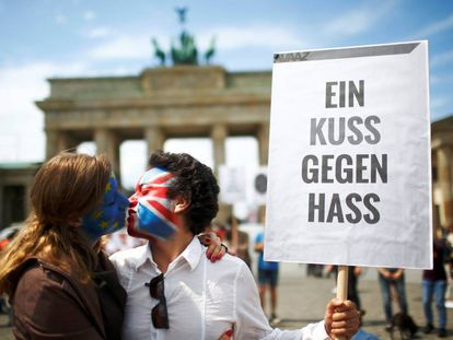 """""""A kiss against hate"""" in Berlin."""