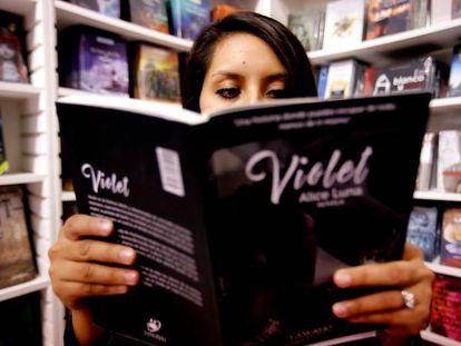 Una mujer lee un libro en la Feria del Libro de Guadalajara, México.